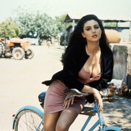 Monica-Bellucci-poses-with-bicycle